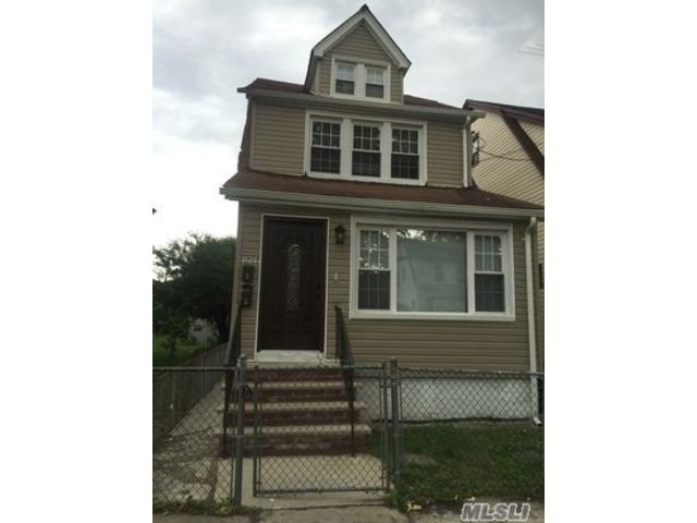 6 BR,  4.00 BTH Colonial style home in Queens Village