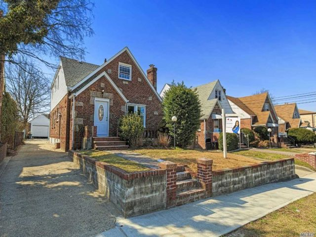 6 BR,  3.00 BTH Cape style home in Cambria Heights