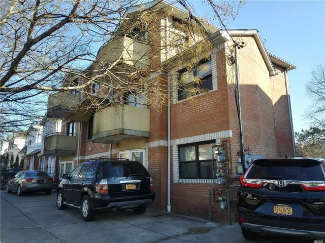 8 BR,  7.00 BTH Colonial style home in Jamaica Hills