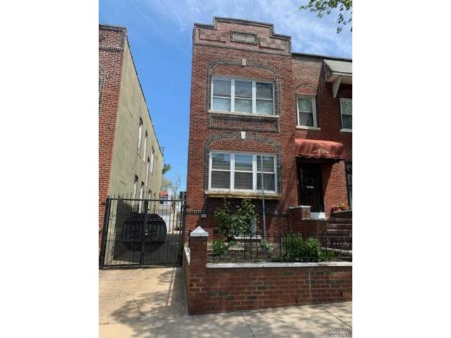 6 BR,  4.00 BTH 2 story style home in Jackson Heights
