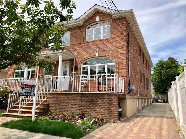 6 BR,  5.00 BTH 2 story style home in College Point