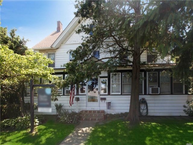 6 BR,  4.00 BTH Colonial style home in Lynbrook
