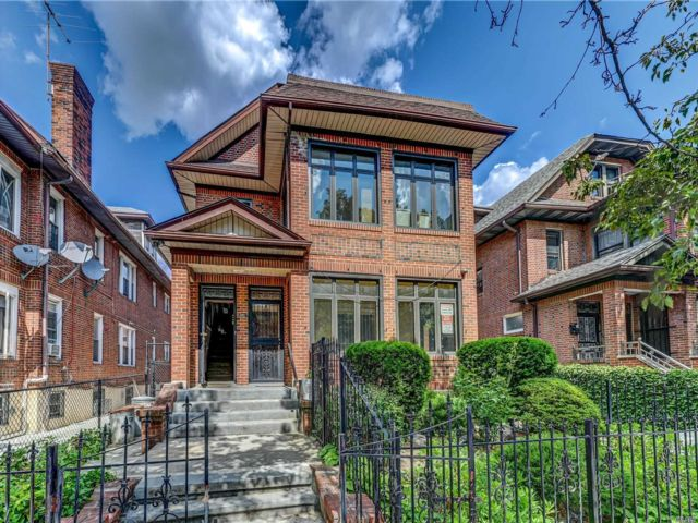 7 BR,  4.00 BTH Townhouse style home in Jackson Heights