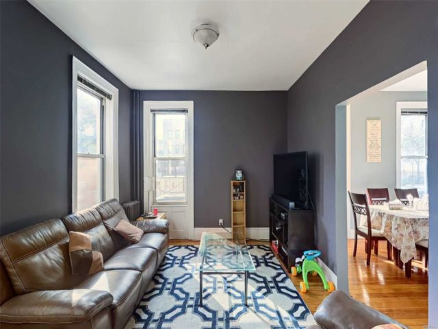 10 BR,  5.00 BTH Store+dwell style home in Ridgewood