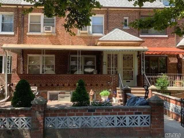 4 BR,  3.00 BTH Colonial style home in Middle Village