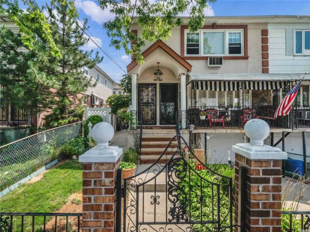6 BR,  2.00 BTH Contemporary style home in College Point