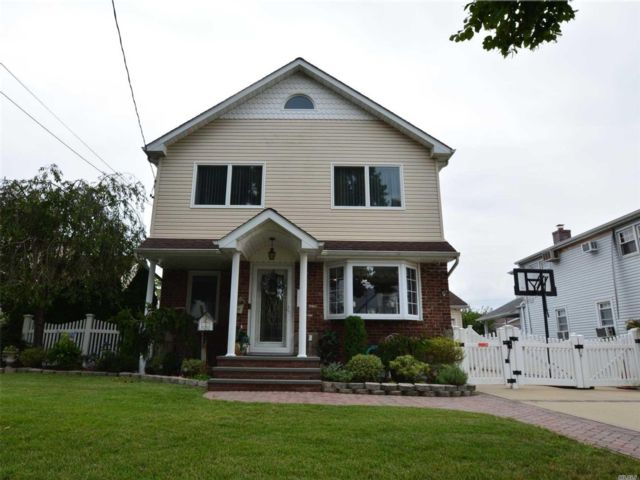 3 BR,  4.00 BTH Colonial style home in Mineola