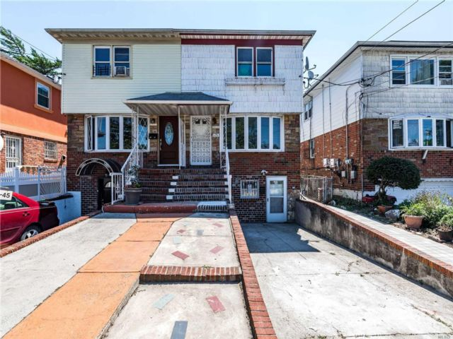 4 BR,  3.00 BTH Colonial style home in Laurelton