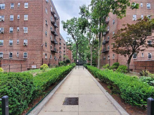 2 BR,  1.00 BTH Garden apartmen style home in Flushing
