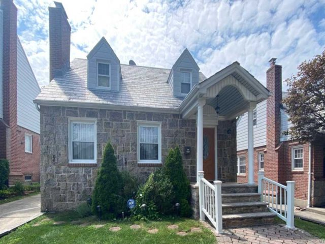 3 BR,  2.00 BTH  Cape style home in Bayside