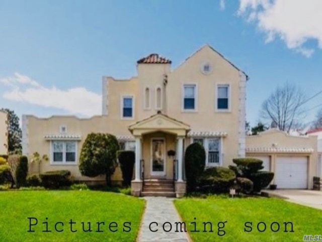 3 BR,  2.00 BTH  Colonial style home in Bellerose Manor