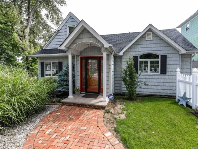 4 BR,  3.00 BTH Exp cape style home in College Point