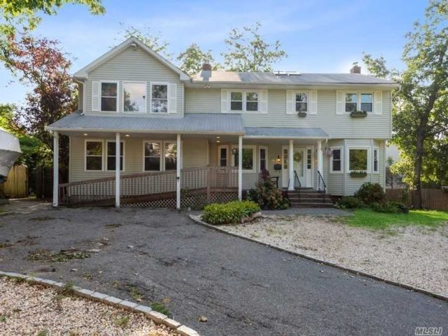 7 BR,  5.00 BTH  Colonial style home in Oyster Bay
