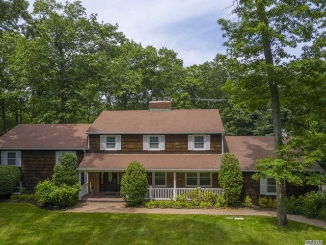 8 BR,  4.00 BTH Colonial style home in Muttontown