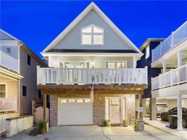 4 BR,  2.00 BTH Contemporary style home in Long Beach