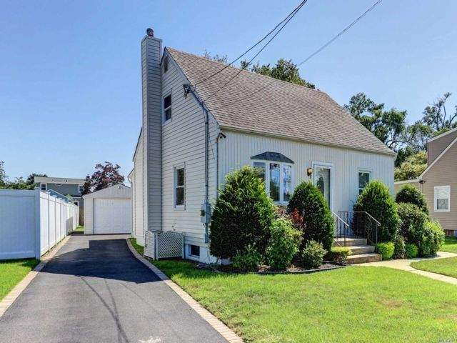 4 BR,  1.00 BTH Exp cape style home in North Babylon