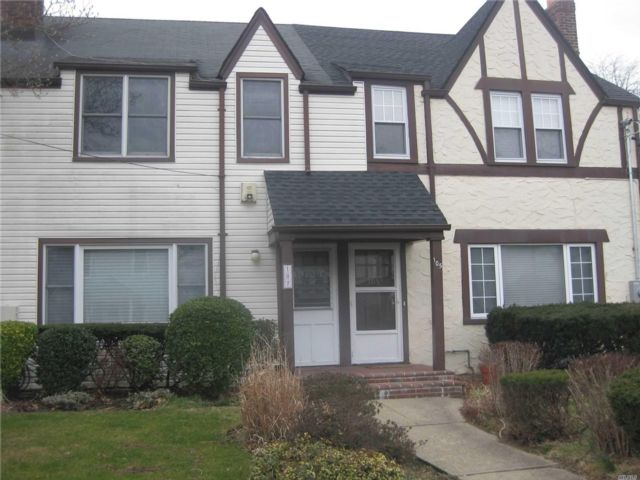 3 BR,  2.00 BTH  Townhouse style home in Roslyn Heights