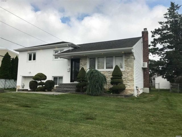 4 BR,  2.00 BTH  Split level style home in Hicksville