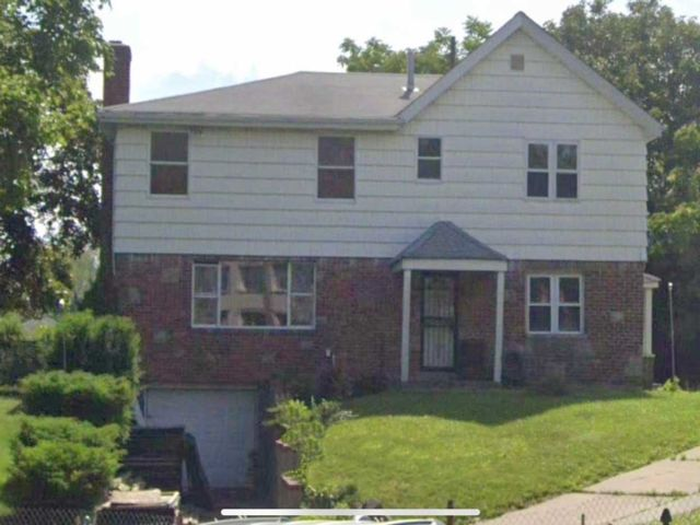 Lot <b>Size:</b> 100x100 Land style home in Whitestone