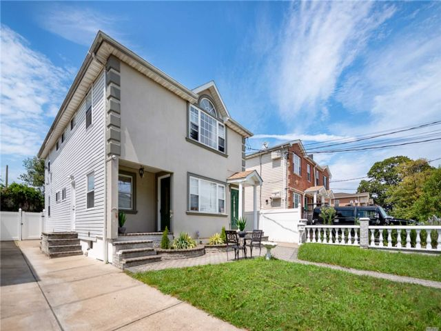 6 BR,  5.00 BTH Colonial style home in Springfield Gardens