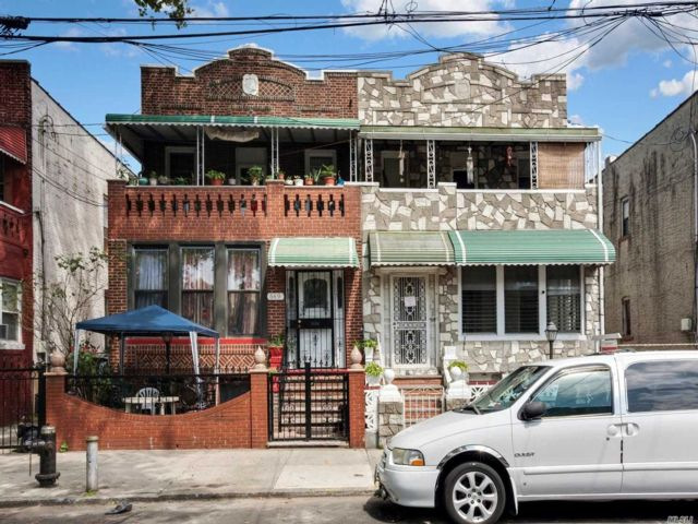 6 BR,  3.00 BTH Colonial style home in Brownsville