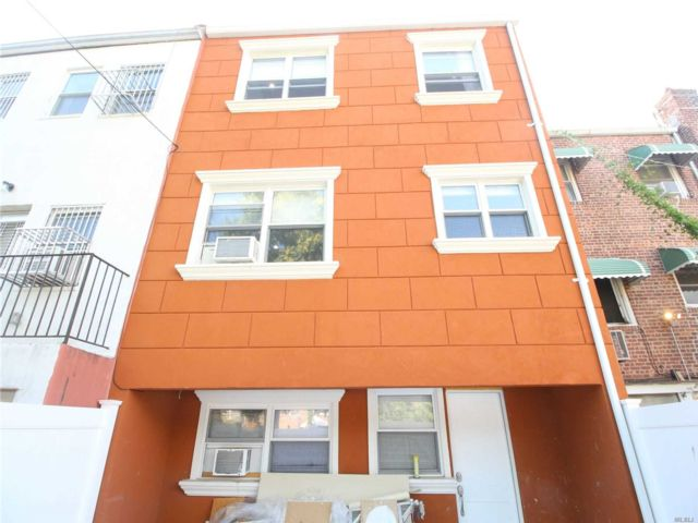 4 BR,  3.00 BTH  Townhouse style home in Woodside
