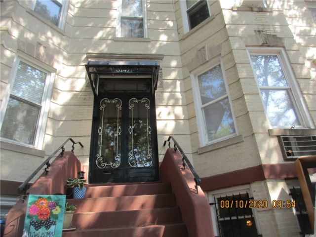 6 BR,  3.00 BTH Colonial style home in Ridgewood