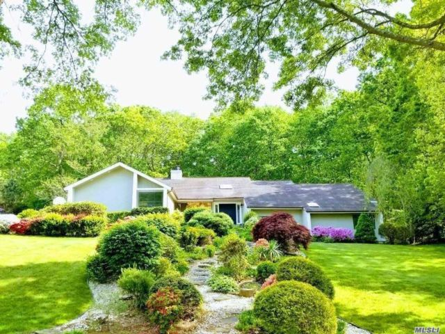 4 BR,  3.00 BTH Contemporary style home in Dix Hills