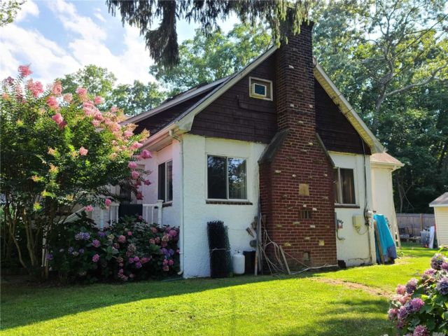 6 BR,  3.00 BTH  Other style home in Nesconset