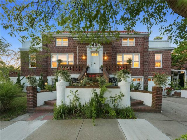 7 BR,  5.00 BTH Colonial style home in Long Beach