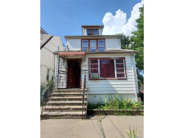 4 BR,  3.00 BTH Colonial style home in Jamaica Hills