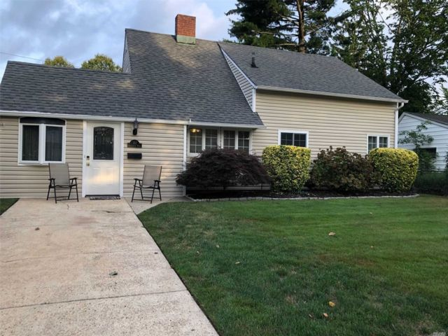 3 BR,  2.00 BTH Other style home in Levittown