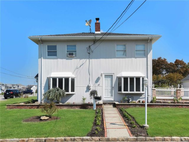 3 BR,  4.00 BTH Colonial style home in Massapequa