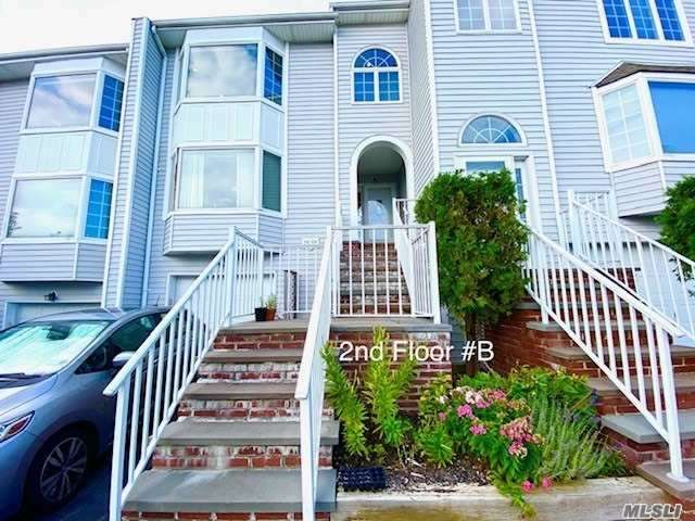 2 BR,  2.00 BTH  Townhouse style home in Little Neck