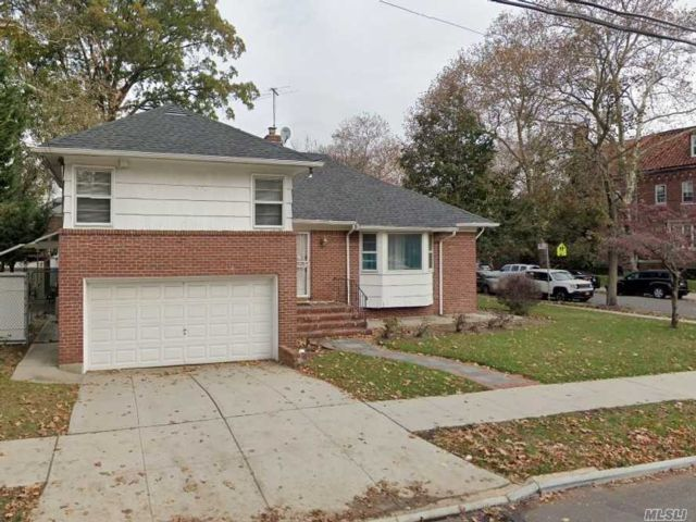 4 BR,  3.00 BTH  Ranch style home in Forest Hills