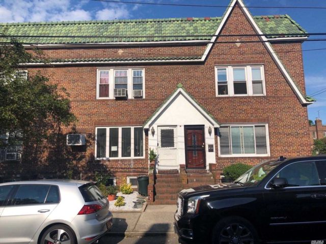4 BR,  3.00 BTH Townhouse style home in Bayside