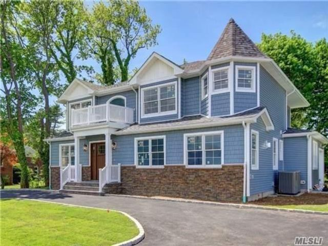4 BR,  3.00 BTH Colonial style home in Manhasset Hills