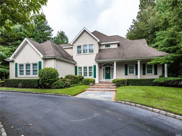 5 BR,  5.00 BTH Colonial style home in Locust Valley
