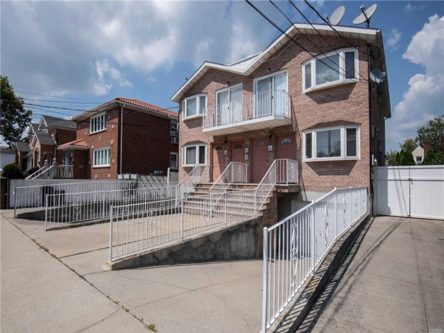 4 BR,  3.00 BTH 2 story style home in Whitestone