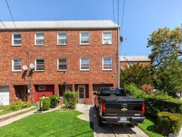 3 BR,  2.00 BTH  Townhouse style home in Far Rockaway