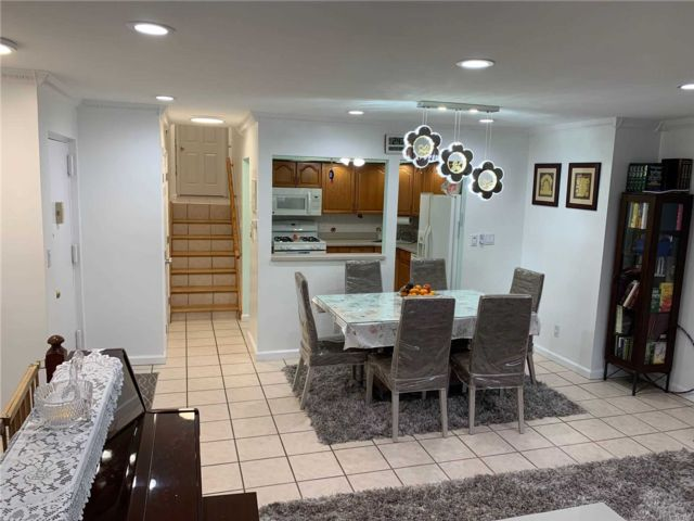 3 BR,  3.00 BTH Garden apartmen style home in Rego Park
