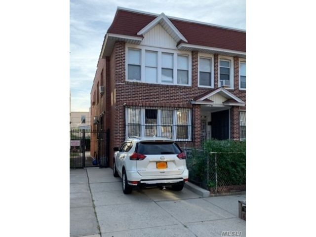 6 BR,  2.00 BTH  2 story style home in Woodside