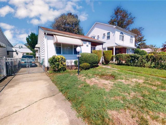 2 BR,  2.00 BTH Ranch style home in Laurelton