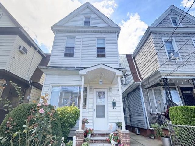 5 BR,  3.00 BTH Colonial style home in Flatlands