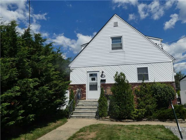 3 BR,  2.00 BTH 2 story style home in Island Park