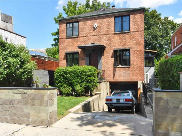 4 BR,  4.00 BTH 2 story style home in Flushing