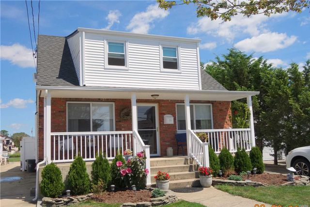 6 BR,  4.00 BTH  Duplex style home in Island Park