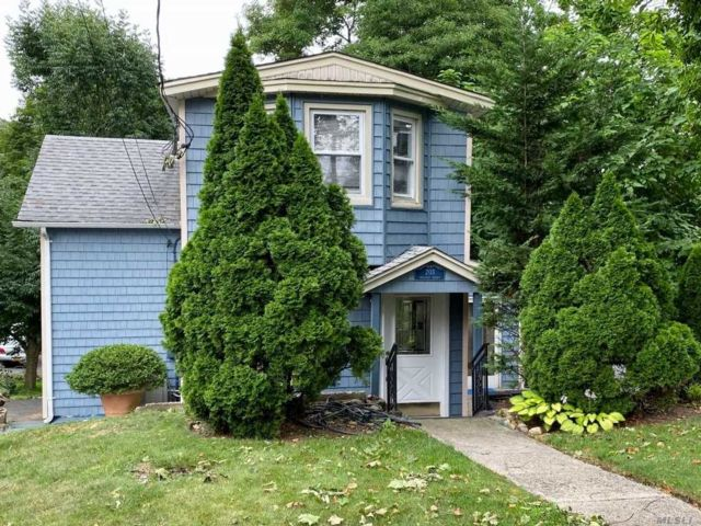 2 BR,  2.00 BTH Colonial style home in Sea Cliff