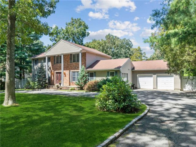 4 BR,  4.00 BTH Colonial style home in Dix Hills