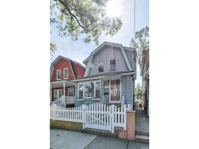 3 BR,  3.00 BTH  Colonial style home in Woodhaven